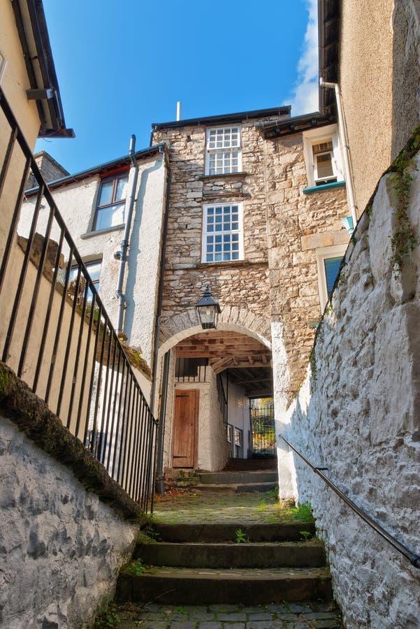 Un tramo escaleras y una arcada en Kendal foto de archivo