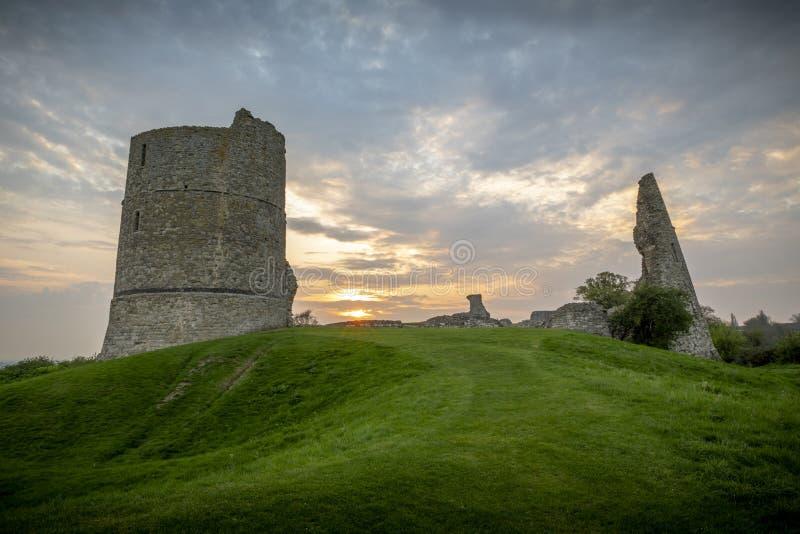 Un tramonto alle rovine del castello in Hadleigh in essed in fotografie stock