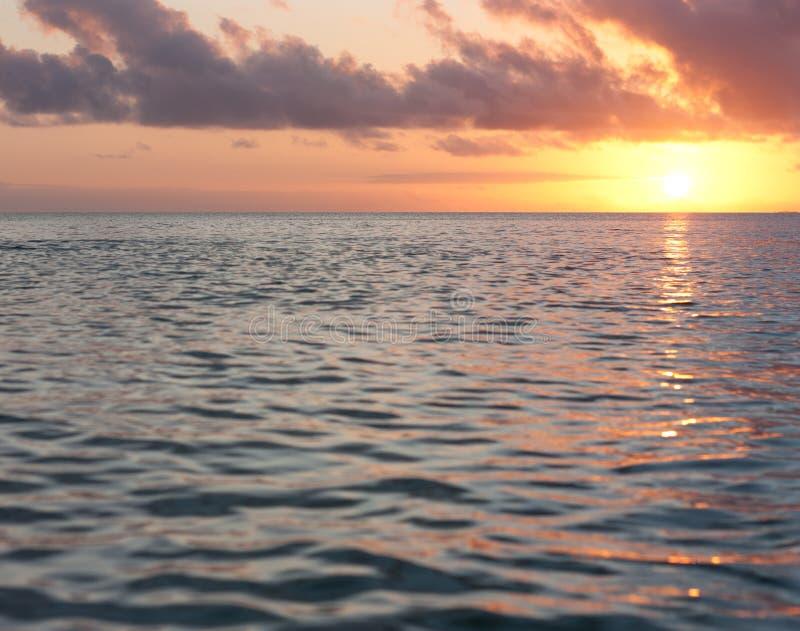 Un tramonto come visto dal mare nel Tonga fotografia stock