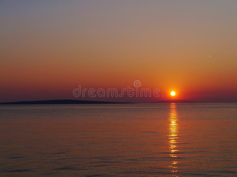 Un tramonto croato variopinto in primavera fotografia stock