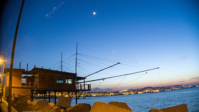 Un tramonto dal pilastro al porto di Pescara fotografia stock