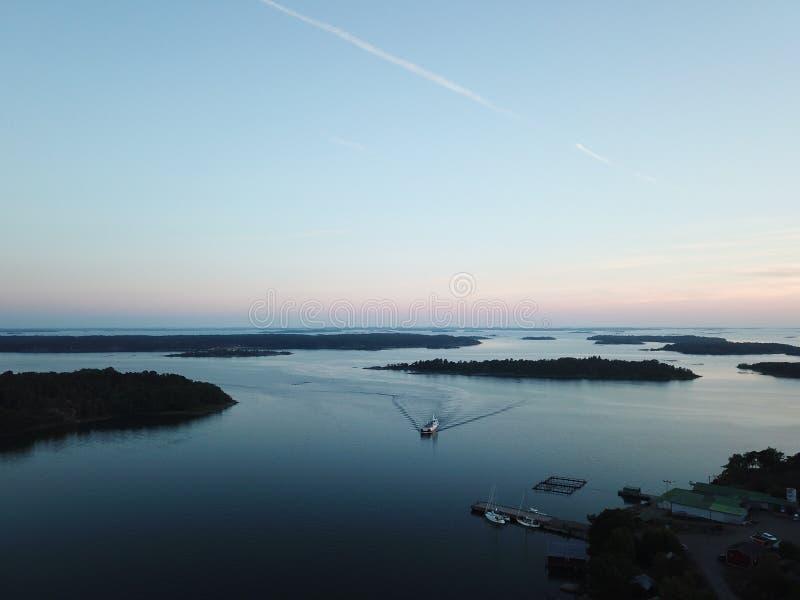 Un tramonto del awesom in arcipelago dal poin dei fuchi della vista il golfo di Finlandia fotografia stock
