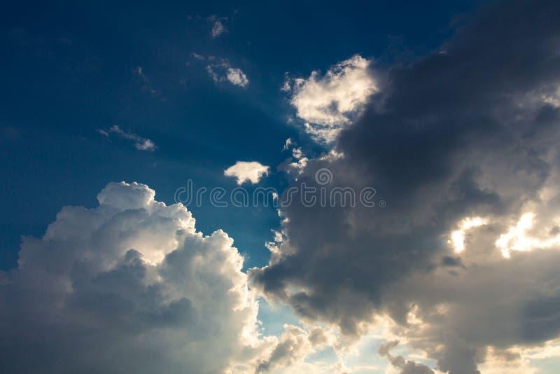 Un tramonto della nuvola temporalesca fotografia stock libera da diritti