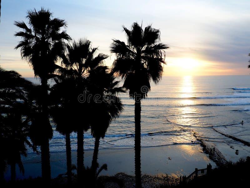 Un tramonto di California sopra l'oceano Pacifico immagini stock libere da diritti