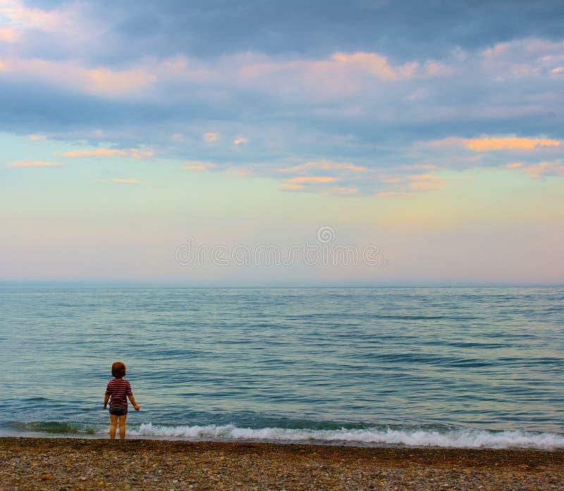 Un tramonto di sorveglianza della ragazza fotografia stock libera da diritti