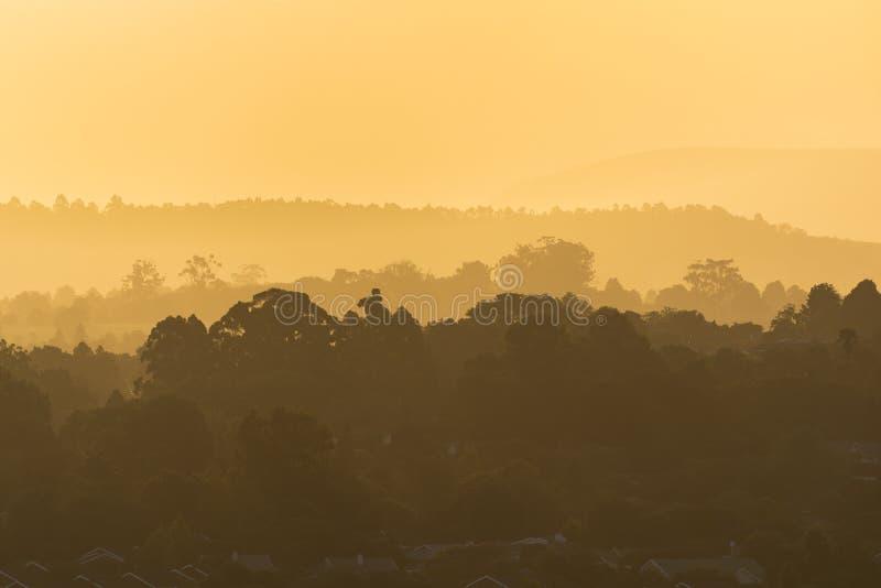 Un tramonto dorato sopra la città di Howick, Sudafrica fotografia stock libera da diritti