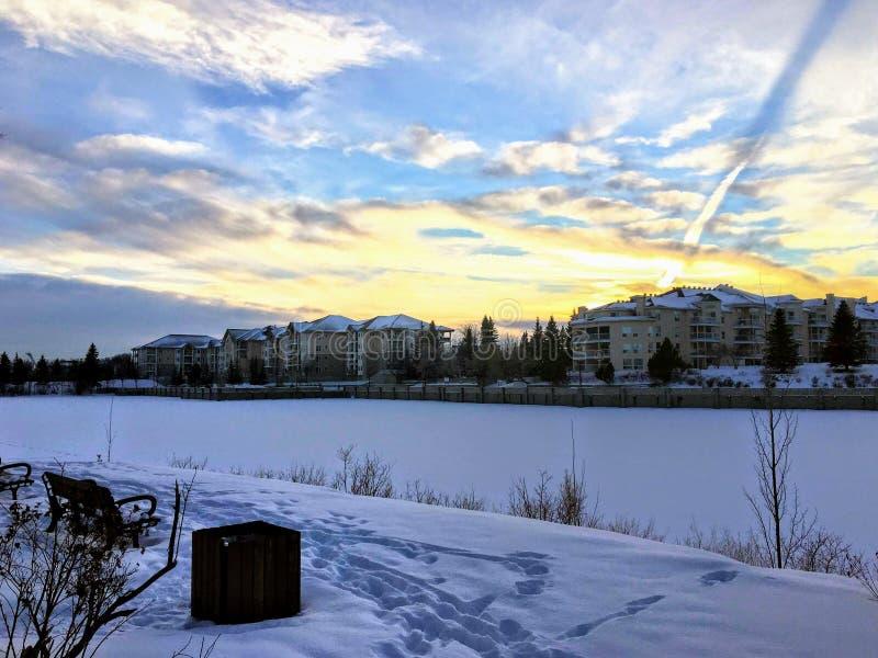 Un tramonto incredibile sopra il lago Beaumaris, a Edmonton, Alberta, Canada immagini stock libere da diritti