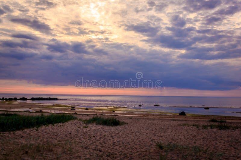 Un tramonto insolitamente bello del fuoco dal mare Tramonto sul golfo Tramonto al mare fotografie stock
