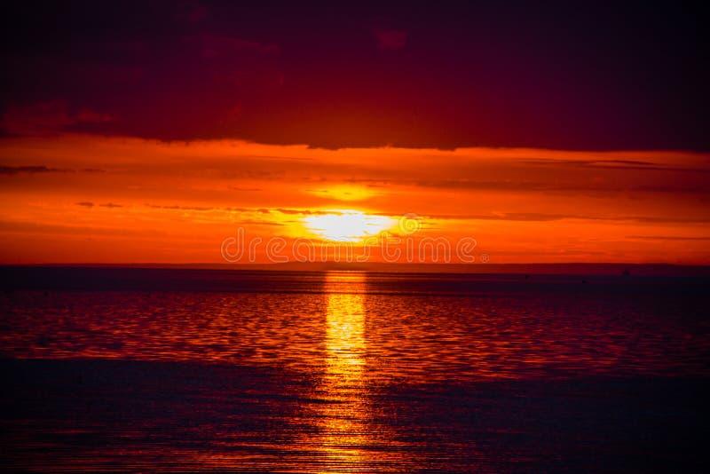 Un tramonto insolitamente bello del fuoco dal mare Tramonto sul golfo Tramonto al mare immagini stock