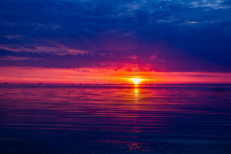 Un tramonto insolitamente bello del fuoco dal mare Tramonto sul golfo Tramonto al mare immagine stock libera da diritti