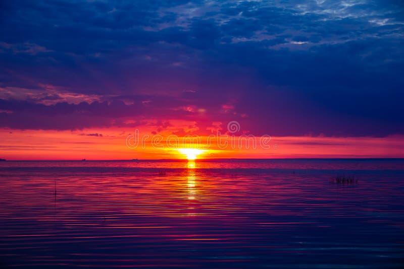 Un tramonto insolitamente bello del fuoco dal mare Tramonto sul golfo Tramonto al mare fotografie stock libere da diritti