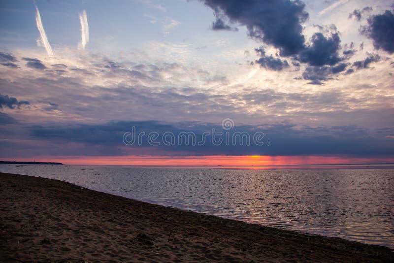 Un tramonto luminoso sul golfo di Finlandia Tramonto al mare Tramonto sul golfo Luce di sera, estate calda, cielo cremisi e picco fotografia stock