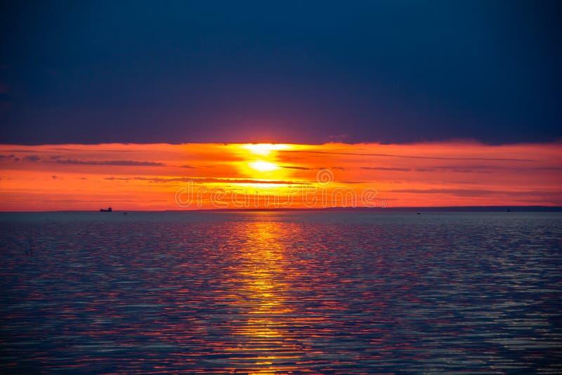 Un tramonto luminoso sul golfo di Finlandia Tramonto al mare Tramonto sul golfo Luce di sera, estate calda, cielo cremisi e picco fotografia stock libera da diritti