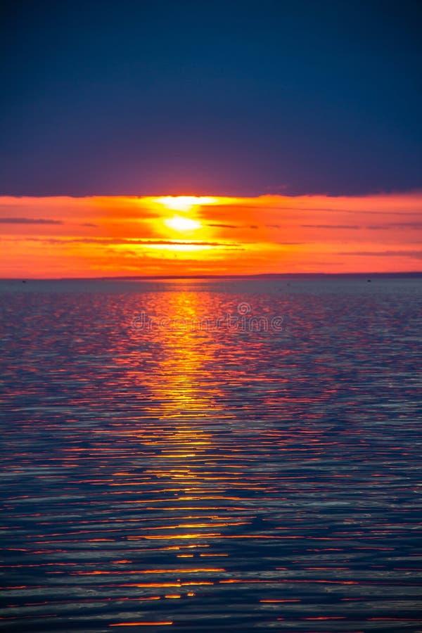 Un tramonto luminoso sul golfo di Finlandia Tramonto al mare Tramonto sul golfo Luce di sera, estate calda, cielo cremisi e picco immagine stock libera da diritti