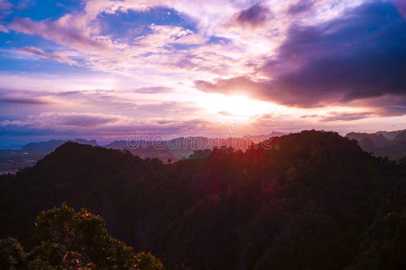 Un tramonto variopinto con una bella vista da Tiger Cave Mountain sopra le montagne di Krabi, Tailandia fotografie stock libere da diritti