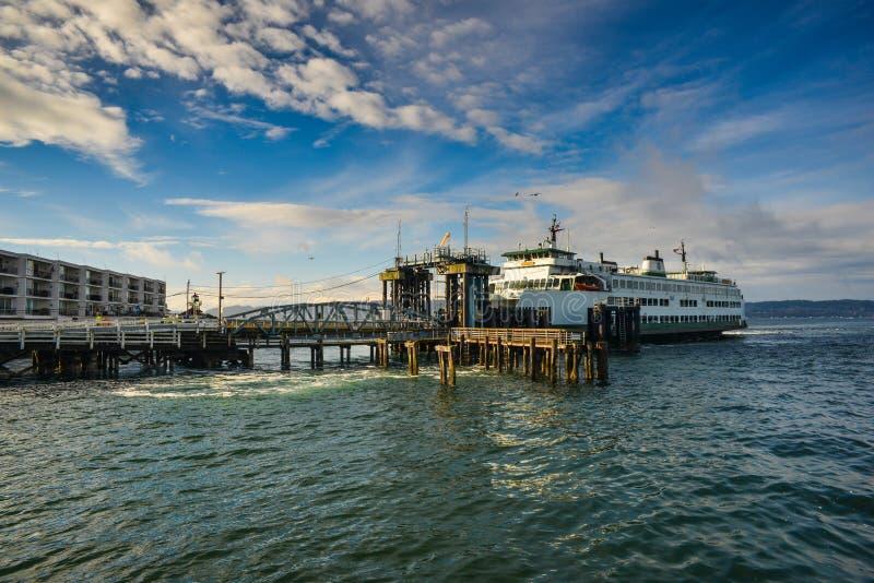 Un transbordador ese parque en el terminal que espera para salir de Mukilteo a la isla de Whidbey en un invierno hermoso Sunny Mo imágenes de archivo libres de regalías