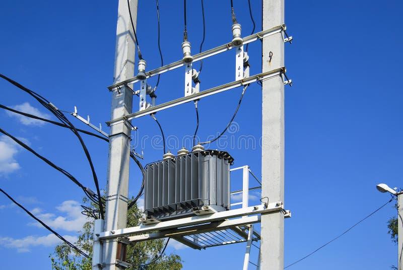 Un transformador de la distribución eléctrica con el enfriamiento foto de archivo