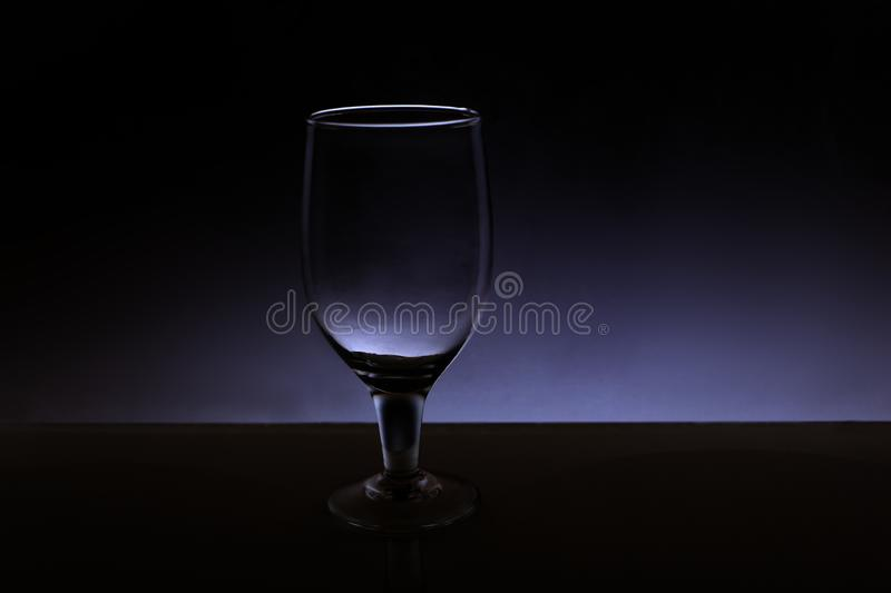 Un transparent d'isolement voit cependant le verre de vin photos stock
