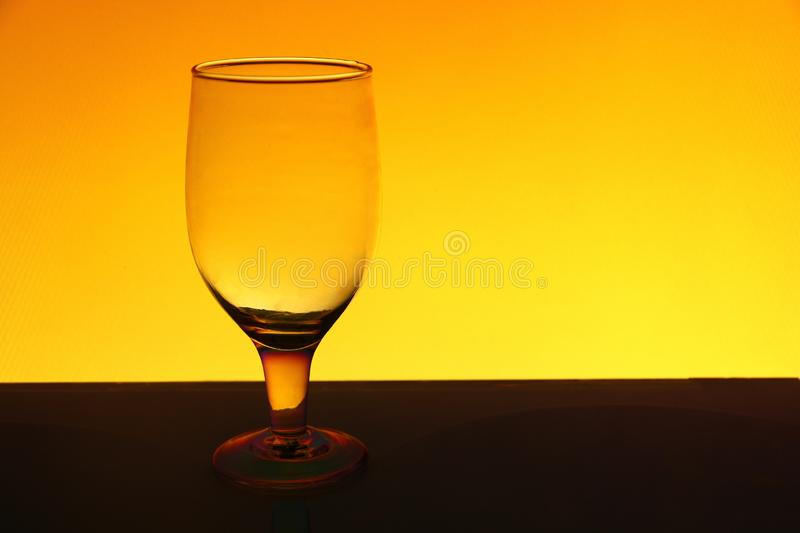 Un transparent d'isolement voit cependant le verre de vin photo stock