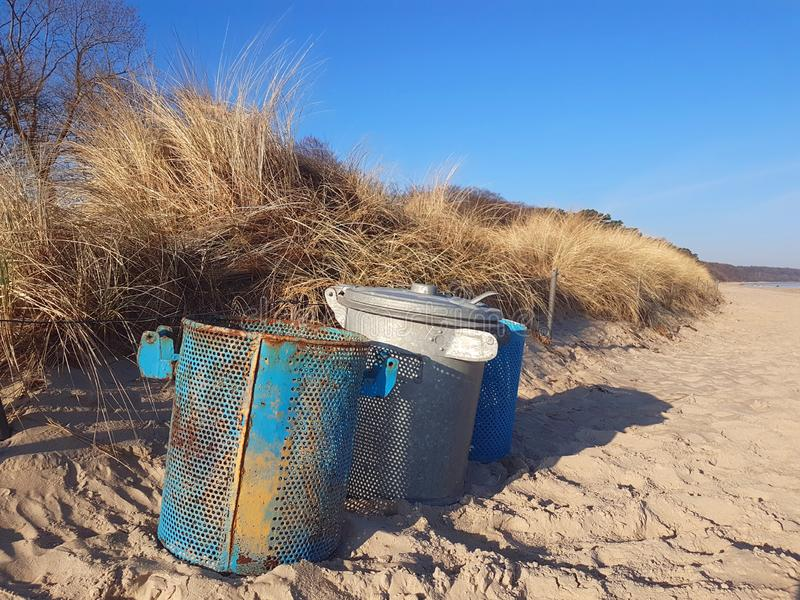 Un trashcan en una playa de la duna imagen de archivo