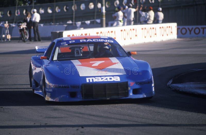 Un trasporto di Mazda del blu nella corsa di automobile del Gran Premio di Toyota in Long Beach, CA immagine stock libera da diritti