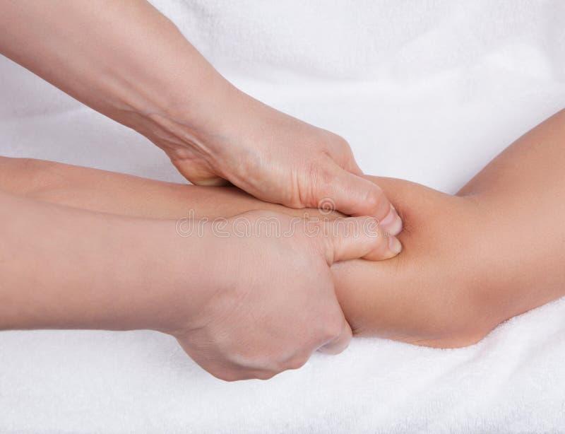Un tratamiento del punto y del masaje del acupressure en un antebrazo imágenes de archivo libres de regalías