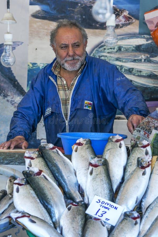 Un tratante de pescados en Karakoy en el inTurkey de Estambul imagen de archivo