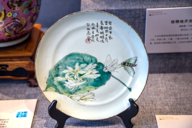 Un travail en céramique de 19ème siècle avec des plats des orchidées là-dessus image libre de droits