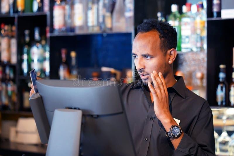 Un travailleur de restaurant registrating le nouvel ordre par la caisse enregistreuse photo stock