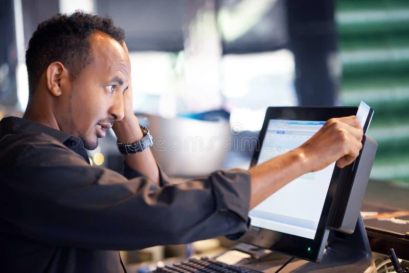Un travailleur de restaurant registrating le nouvel ordre par la caisse enregistreuse photos stock