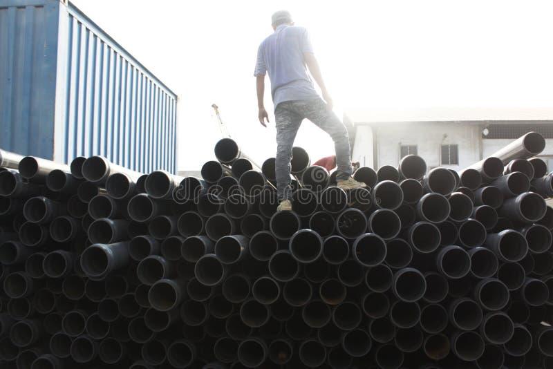 Un travailleur de tuyau au port de Tanjung Priuk photos stock