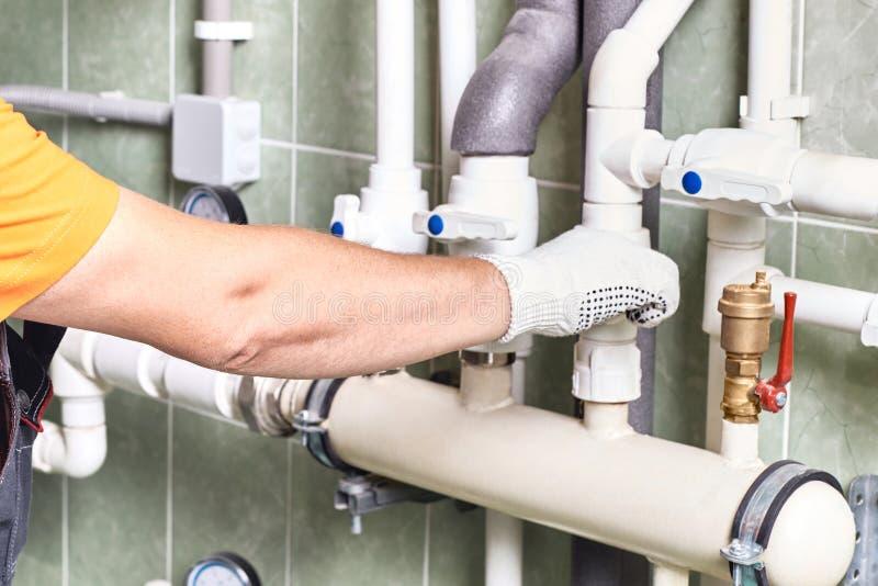 Un travailleur ou un ingénieur vérifie l'opération du système de chauffage photographie stock