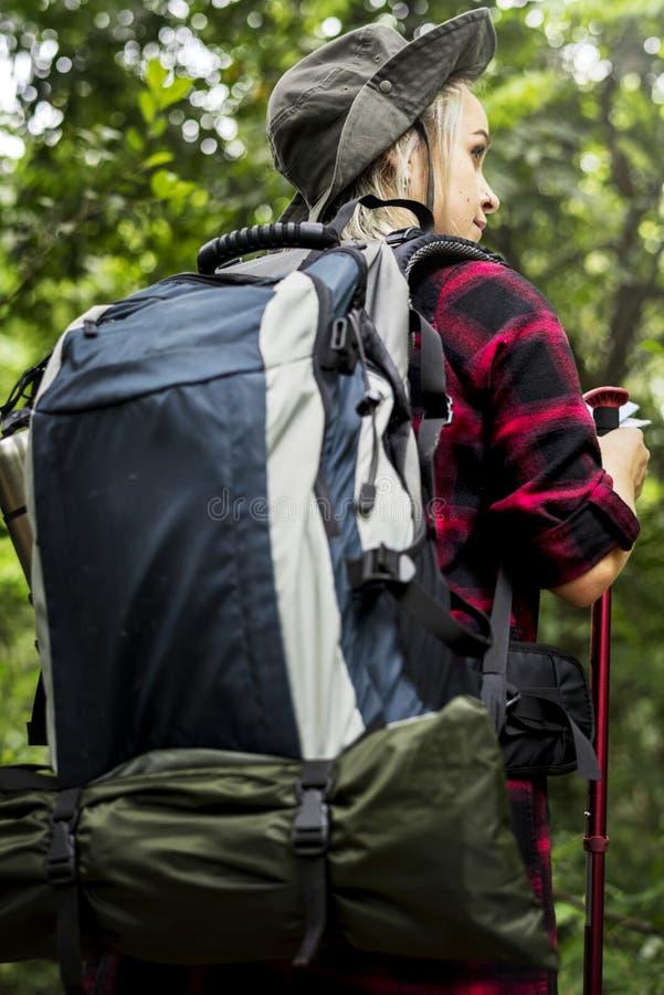 Un trekking de touristes occidental dans une forêt photo stock