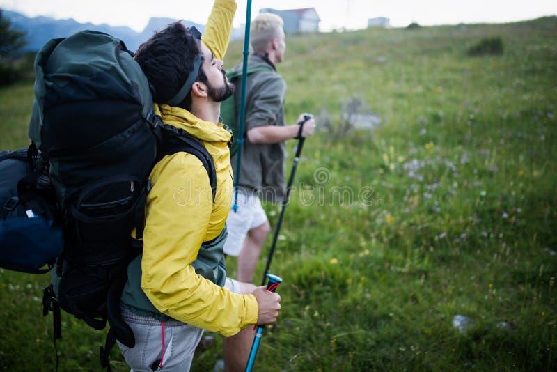 Un trekking di due viandanti fuori nelle montagne immagini stock