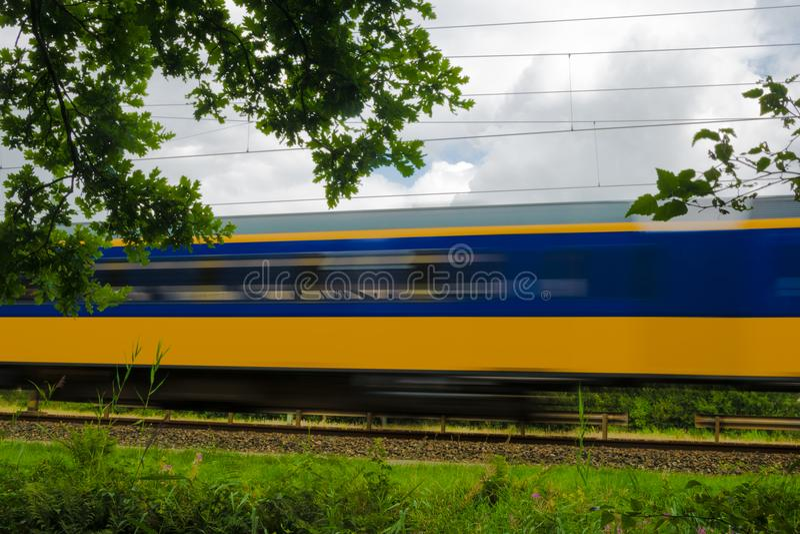 Un tren amarillo y azul del holandés imagen de archivo