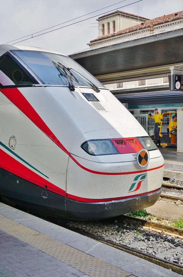 Un tren de alta velocidad italiano en la estación de Venecia fotografía de archivo libre de regalías