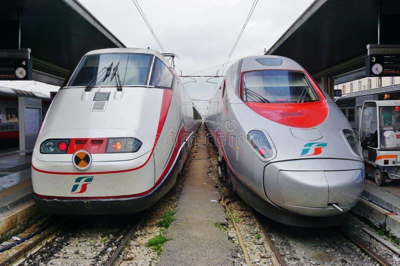 Un tren de alta velocidad italiano en la estación de Venecia imagen de archivo