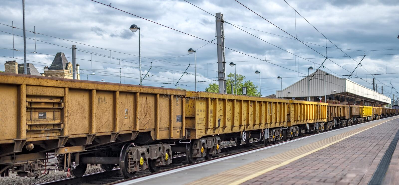Un tren de carga amarillo largo fotos de archivo