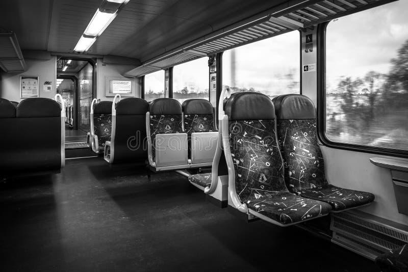 Un tren de pasajeros El interior de un carro de segunda clase foto de archivo libre de regalías