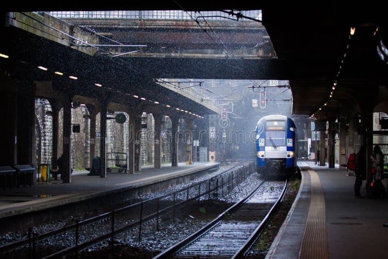 Un tren debajo de la lluvia imagenes de archivo