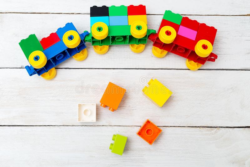 Un tren del juguete de cubos del lego en un fondo de madera educativo imágenes de archivo libres de regalías
