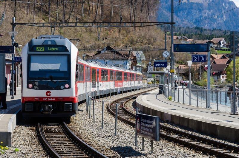 Un tren en la estación de Brienz fotos de archivo