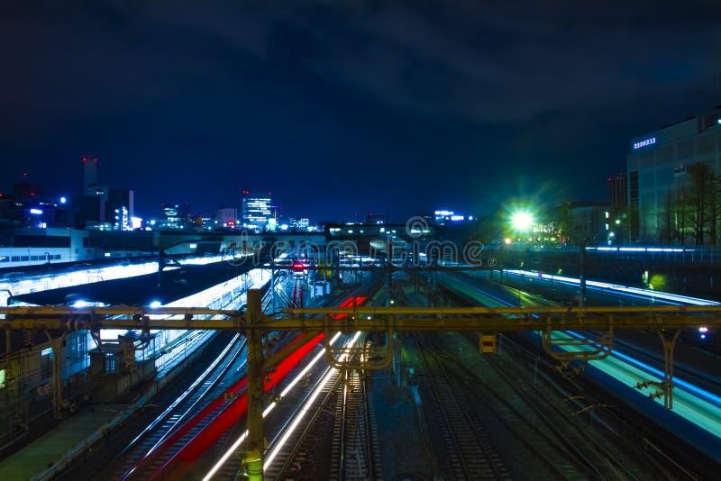 Un tren en la estación de Ueno en la exposición larga del tiro ancho de la noche imágenes de archivo libres de regalías