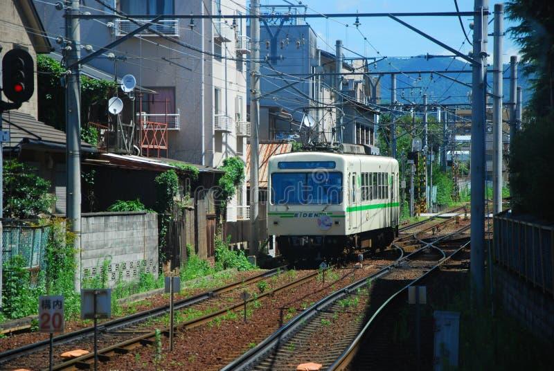 Un tren en una pequeña ciudad de Kyoto fotografía de archivo libre de regalías