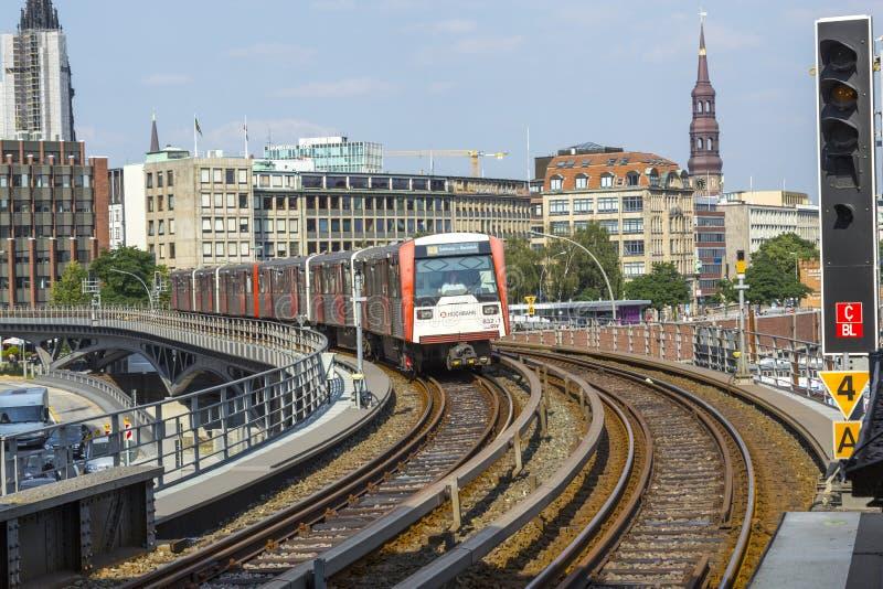 Un tren llega la estación im Hamburgo de Baumwall fotografía de archivo libre de regalías