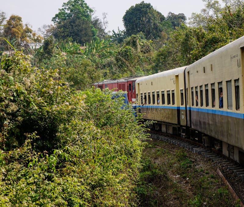 Un tren local en vía en Myanmar fotos de archivo libres de regalías