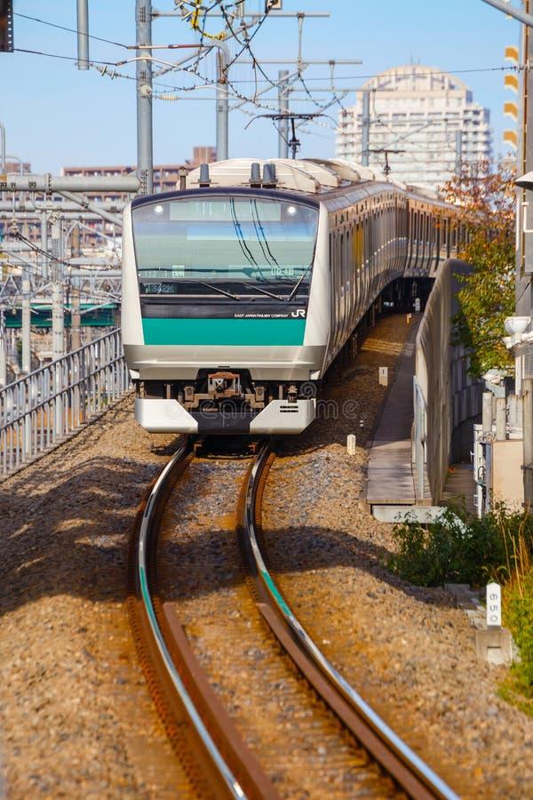 Un tren local llega la estación de Ikebukuro fotos de archivo libres de regalías