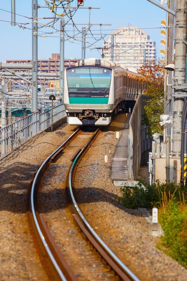 Un tren local llega la estación de Ikebukuro foto de archivo