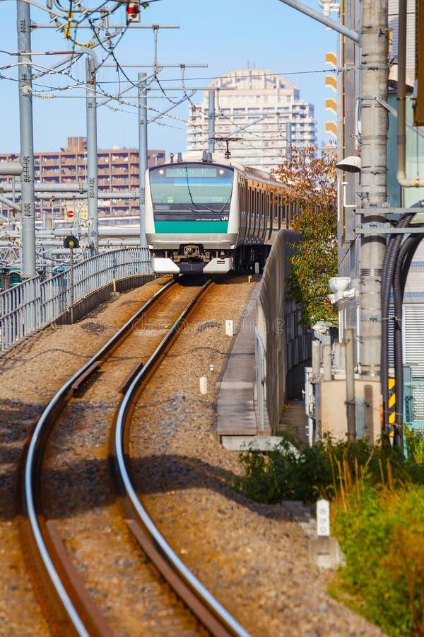 Un tren local llega la estación de Ikebukuro imagen de archivo libre de regalías