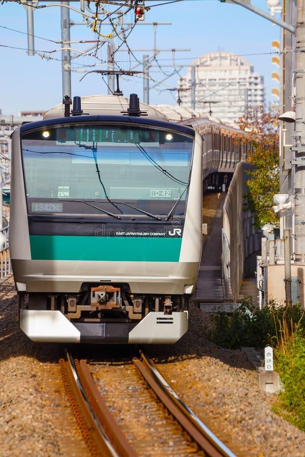 Un tren local llega la estación de Ikebukuro foto de archivo libre de regalías